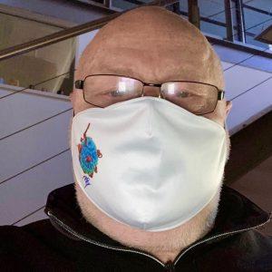 Mann trägt PAS-Maske
